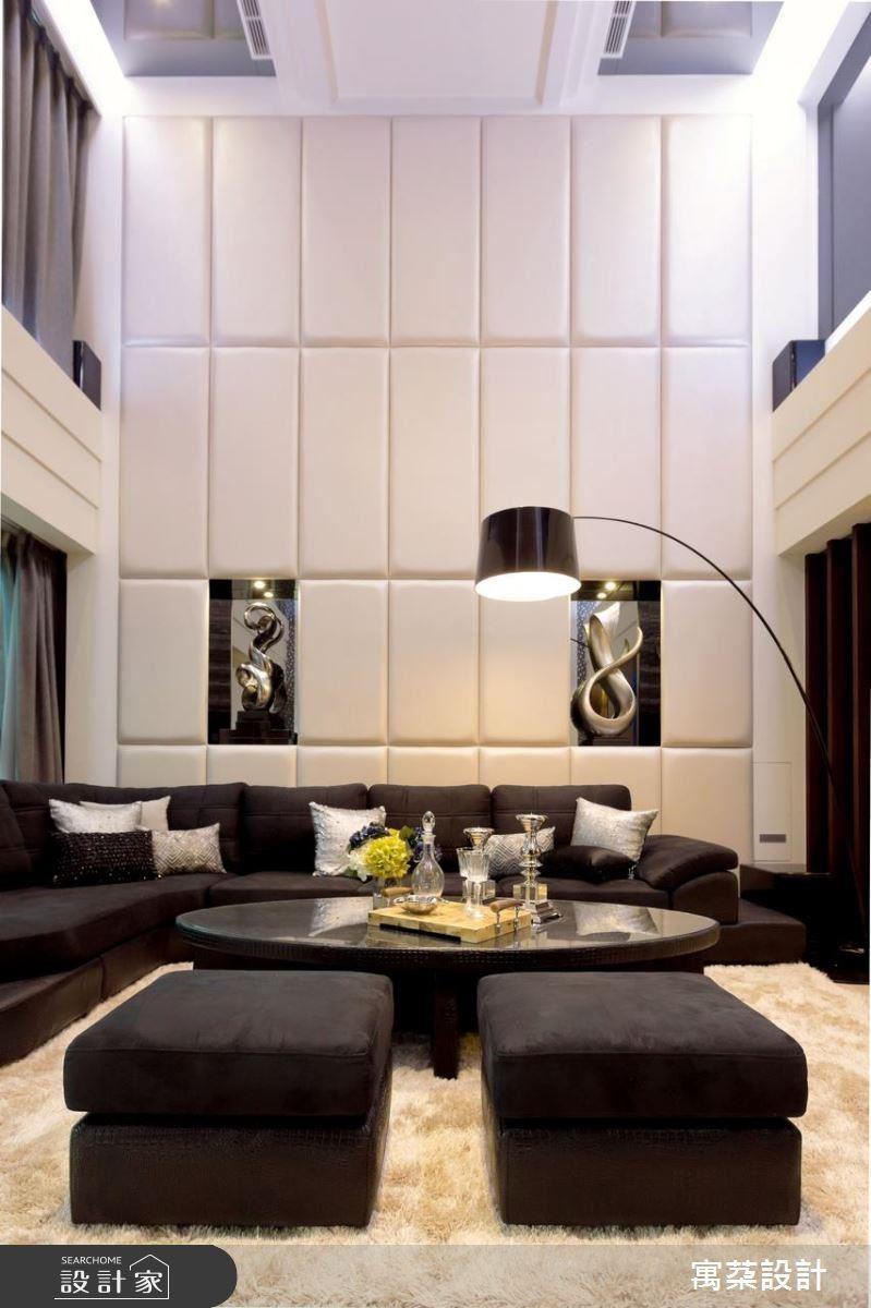 和電視牆呼應的沙發背牆則選用和跑車座椅相同質感的白色皮革繃皮,並鑲嵌入展示櫃,天花板則不多加綴飾,乾淨俐落的線條切割搭配灰鏡,不僅創造出屋主對速度感的追求,同時更加拉高空間氣勢。