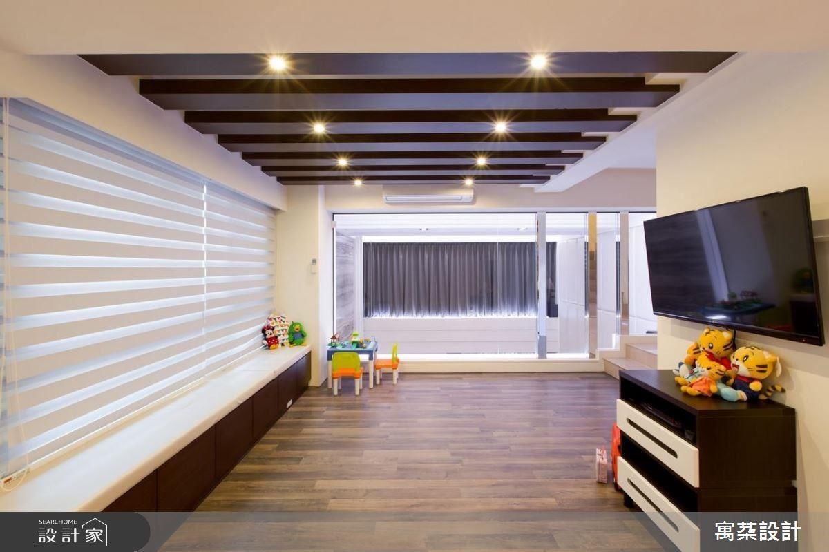 夾層空間,鋪上木地板,加上附有收納的臥榻,成為親子小孩的遊戲室,一旁則用大面灰色玻璃,創造樓上和樓下的親密互動,同時藉此放大兩個空間的視覺感受。