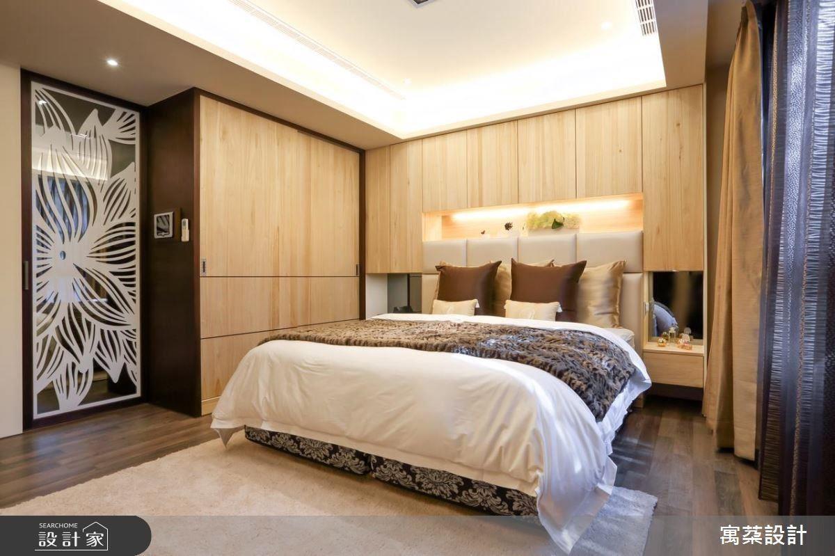 主臥房則選用實木材質,強調視覺舒適及觸覺踏實的五感營造,床頭牆以隱形收納、展示櫃強調機能,天花板沿用木格柵,注入公共空間的乾淨俐落元素。