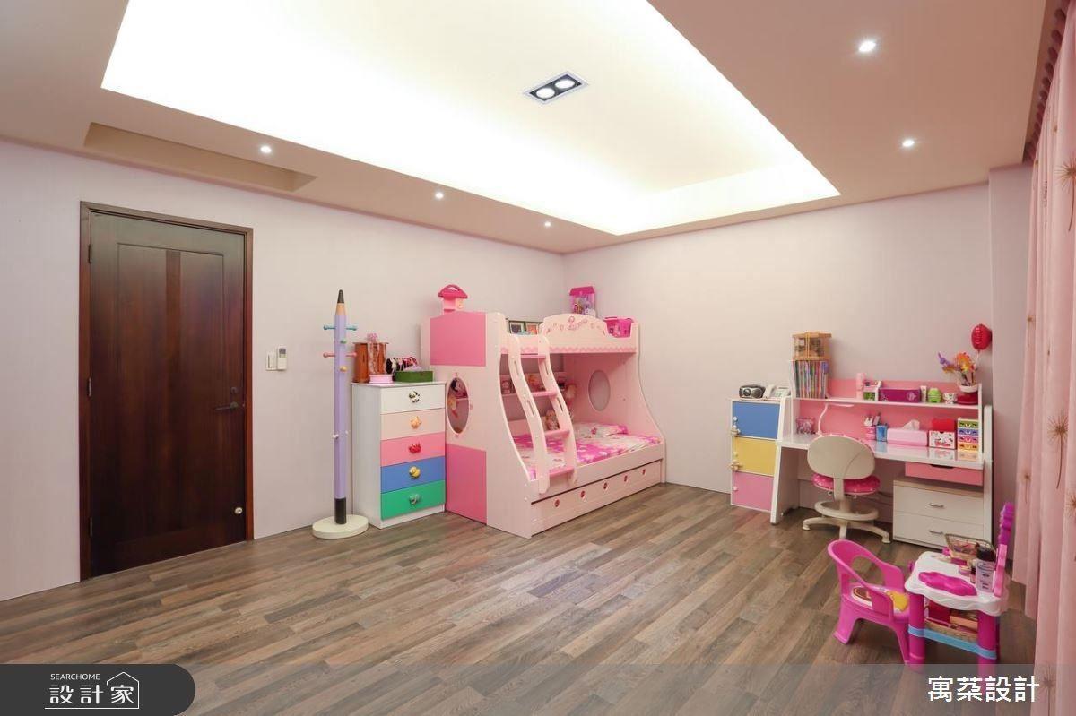 小孩房多使用活動家具,因應不同年齡層的改變,可隨時更換,現在則是夢幻公主房。