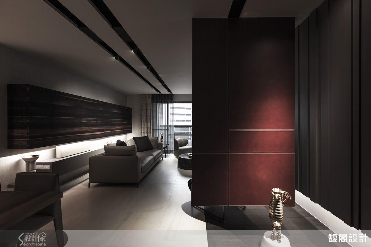 現代感的皮革隔屏,呼應黑檀木沙發背櫃色彩,適度留白的設計,讓空間更有餘裕。
