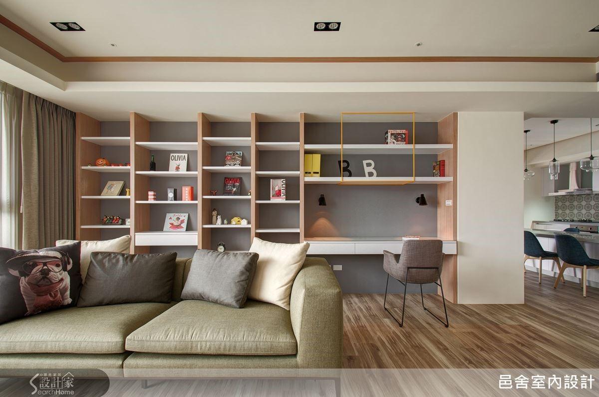 分享客廳的好光線,將書房挪至公共空間,讓客廳也有書香味。書櫃倚牆而設,以木作與白色層板拉出線條感,黃色鐵框架則點綴出一絲趣味與變化。