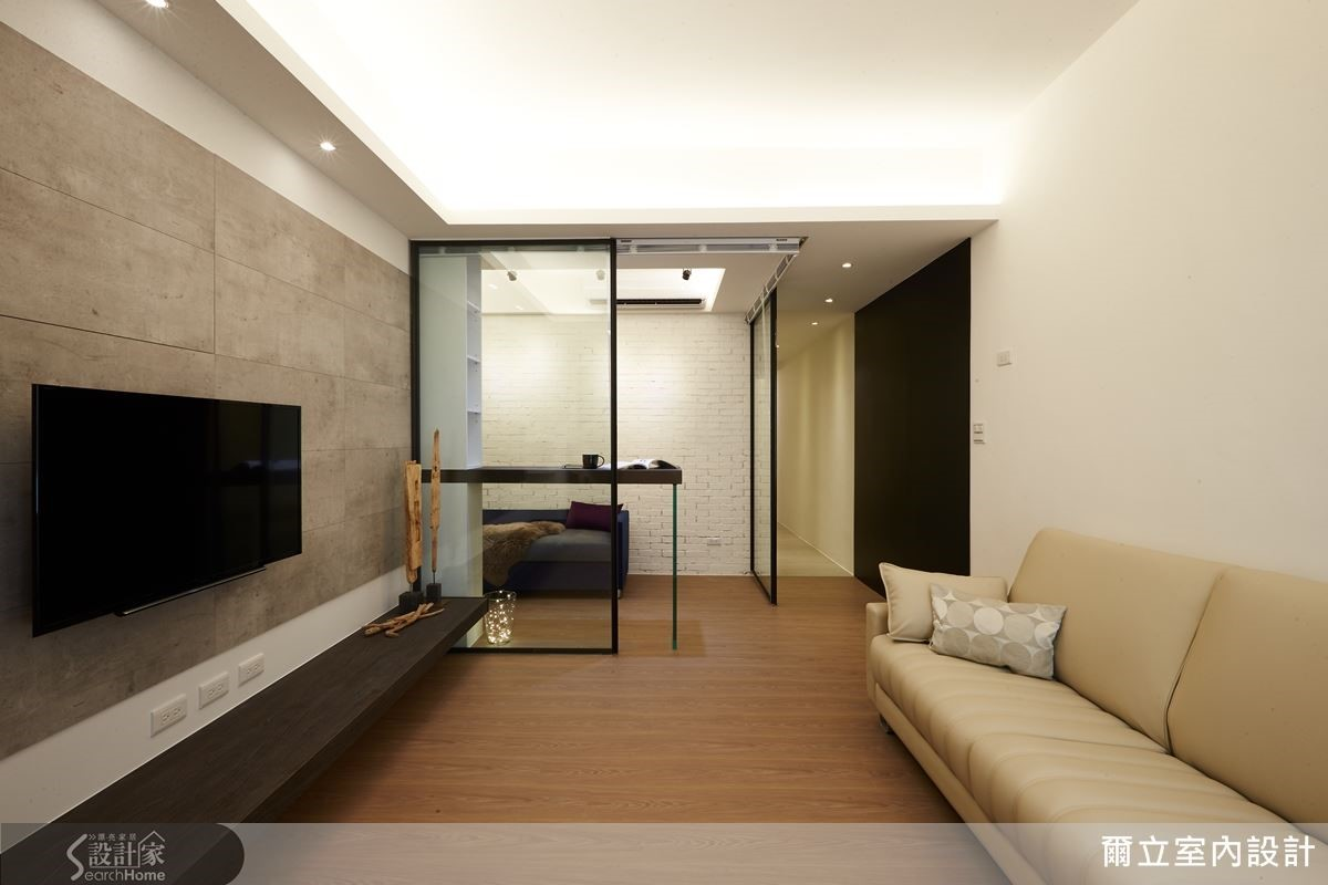 房子格局呈現狹長型,設計師將書房走道旁的壁面飾以黑板牆,一方面具有留言板作用,另一方面也