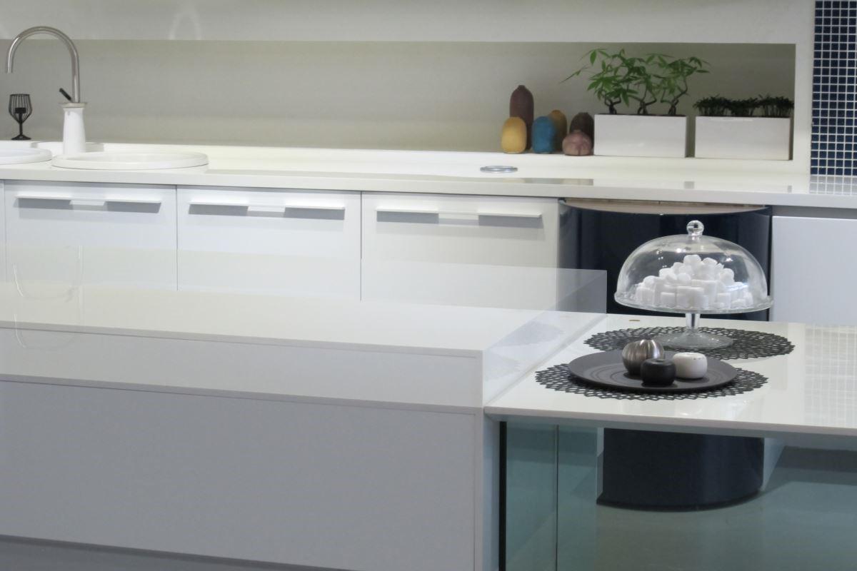 讓生活更便利的微動科技-電動升降桌:利用微動科技的電動升降調味架及可依身高調整的升降桌,不僅讓料理變得更輕鬆,也滿足多世代同住的生活需求。