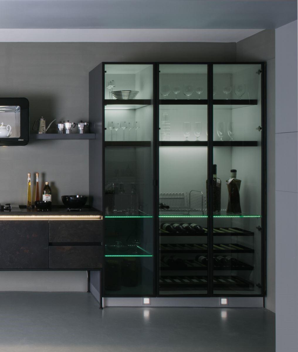 節能時尚的LED燈納入廚具層板的設計,不僅達到環保節能效果,也讓廚房變得更時尚。