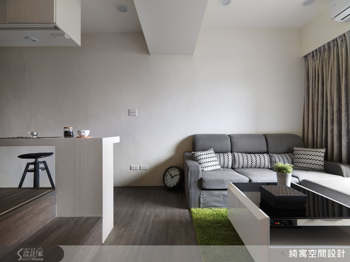 搭配超耐磨木地板,讓空間更顯舒適。而灰色的沙發,則是女主人與張總監討論配色策略之後,親自上網挑選購買的唷!