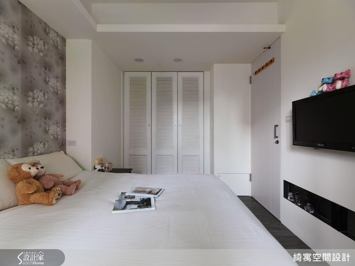 臥室內的衣櫃是保留舊有的設計而來,在張總監的規畫之下展現全新的樣貌。