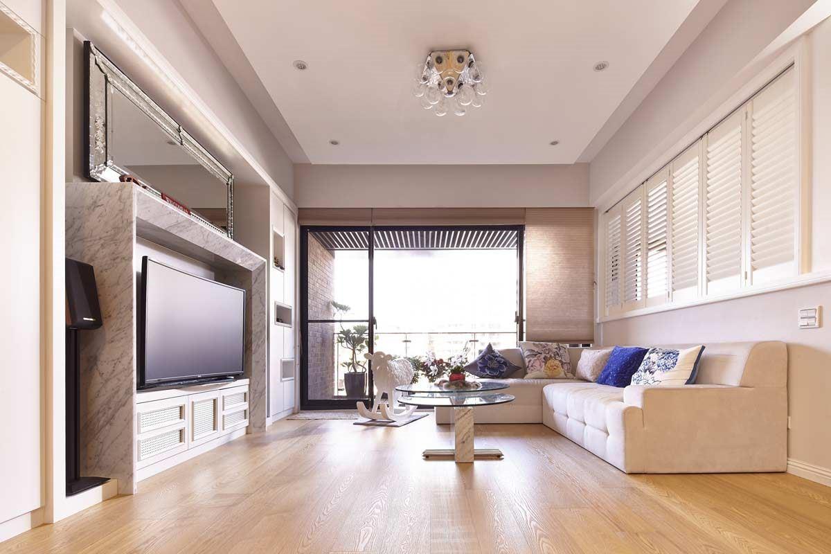 BenQ 曲面大型液晶內置揚聲器營造立體環繞音效,客廳就像電影院,能夠充分享受被聲音包圍的絕佳體驗與360度全方位音效臨場感。