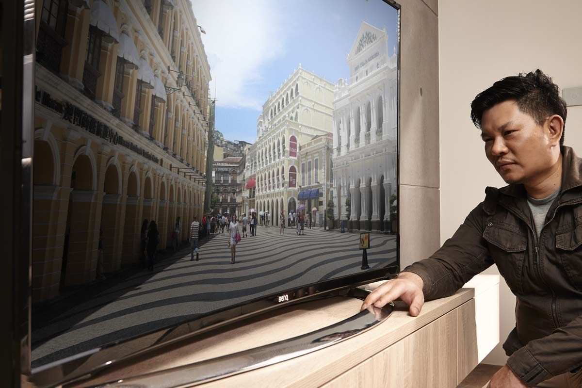 除了高 CP 值的親民價格,健康也是邱炫達設計師選擇 BenQ 曲面大型液晶 55RU6600 的一大原因;有弧度的曲面電視對於眼睛來說是更健康的!而且電視曲率 5000R 是符合人眼視域最佳的觀賞形式。
