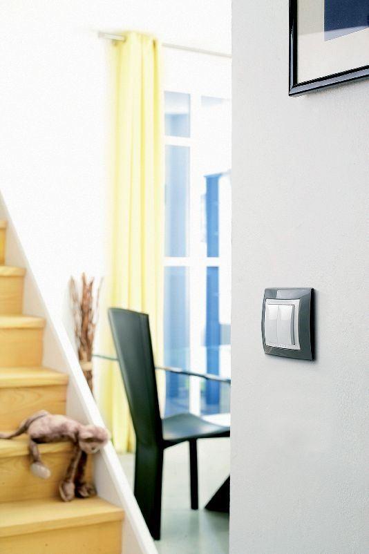 開關面板以層次切割設計,搭配空間線性設計讓視覺一致化,感受更和諧!圖片提供_施耐德電機、設計家電視