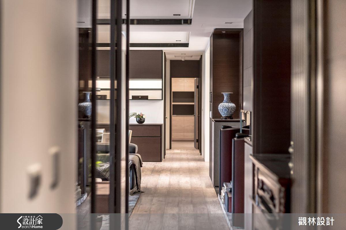 超耐磨環保木地板鋪成整體空間,藝廊般的展示走廊的另一端為長親房區域。