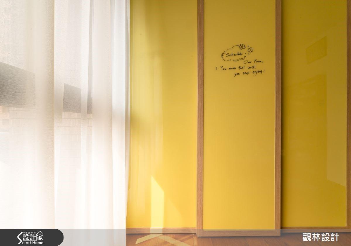 小孩房拉門式衣櫃,以綠黃烤漆玻璃,書寫生活記事用。