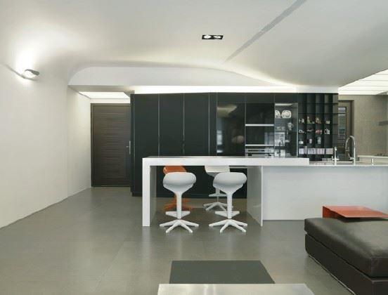 此案天花板運用較多3D立體弧角,在一體成型的造型中承現流動的雕塑感;並於局部鑿切帶狀洞口,內嵌間接燈光,營造溫和飽滿的明亮採光。圖片提供_麥浩斯出版社