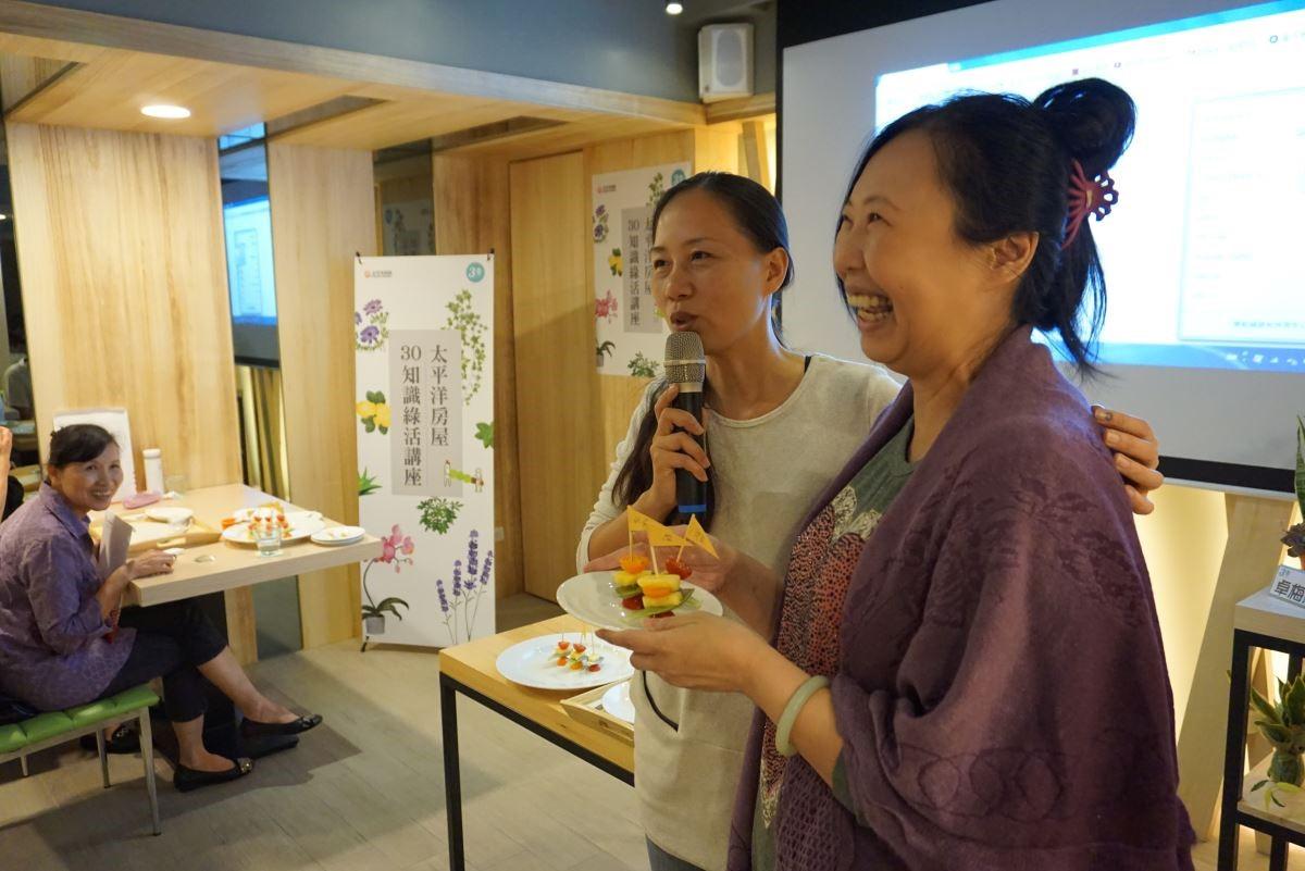 卓梅慧老師與學員一同製作石蓮水果串