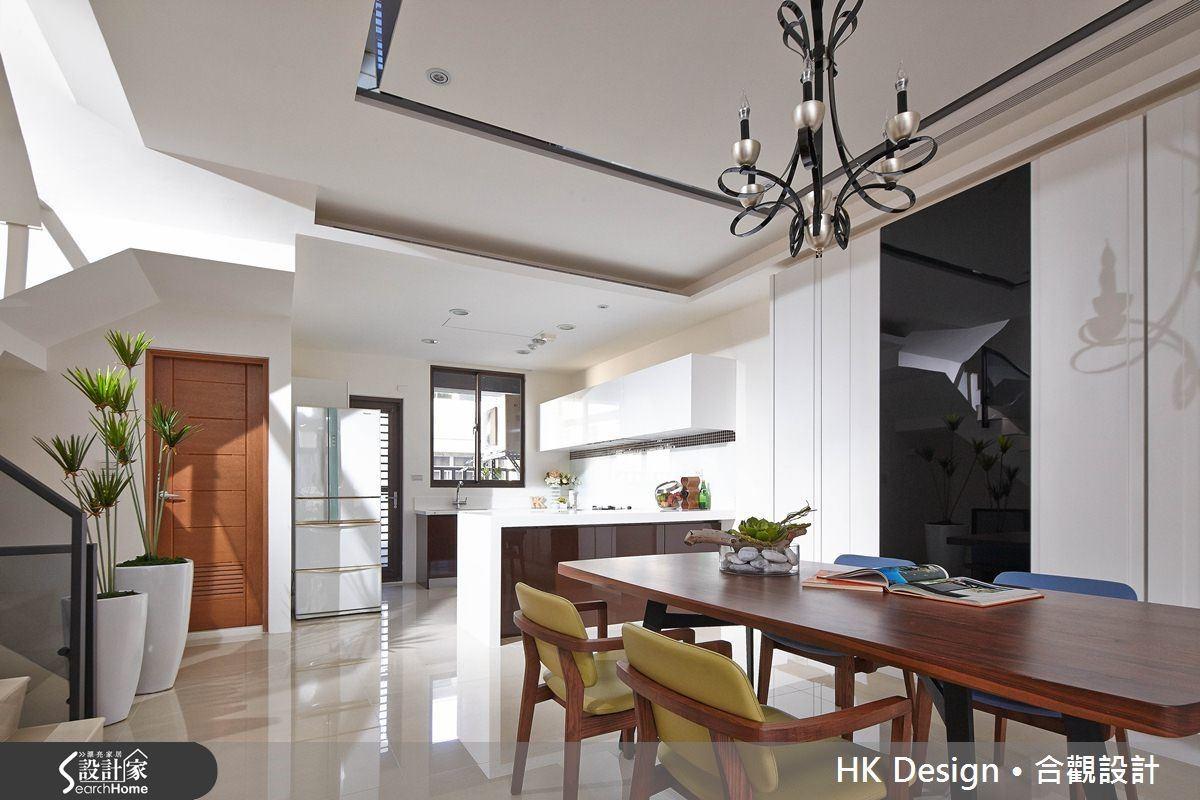 廚具使用白色人造石搭配鋼琴烤漆門片,下櫃使用耐髒的深色,上櫃不頂到天花板,使用嵌入式油煙幾,空間整體感覺乾淨明亮。