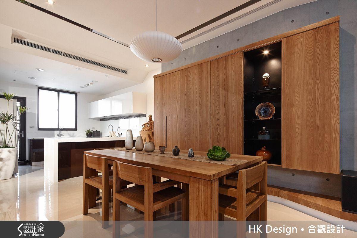 木作櫃的顏色跟造型延伸至客廳,但機能則是多功能,可滿足客餐廚的收納需求。