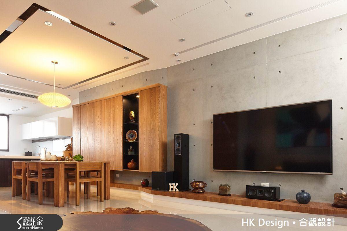木作櫃使用活動門片,將機櫃隱藏起來。靠近客廳處的斜面是為了修飾大柱。