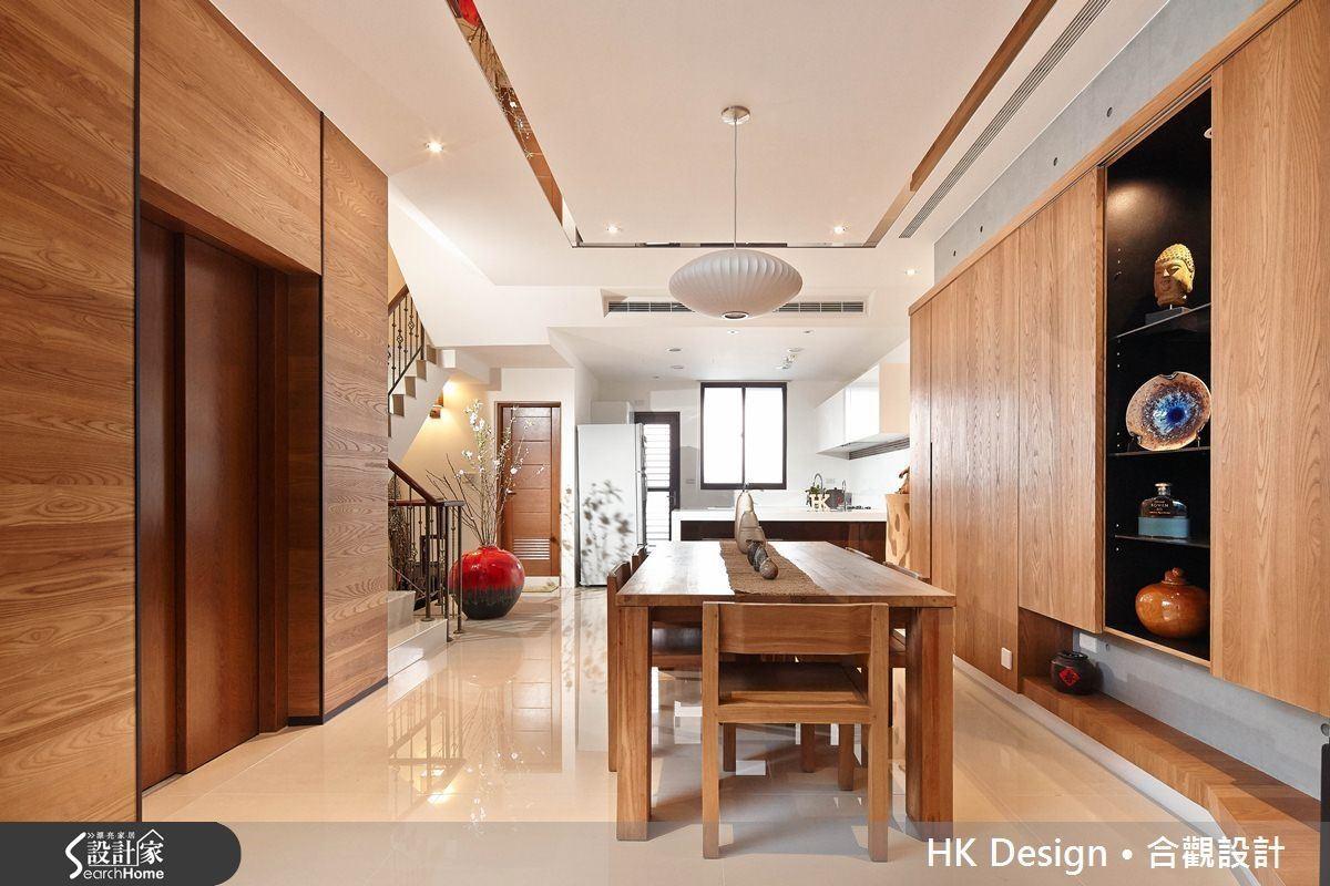 開放空間讓客廳採光可以深入,加上廚房後段補光,將過渡空間當成餐桌區也不會覺得窄迫。