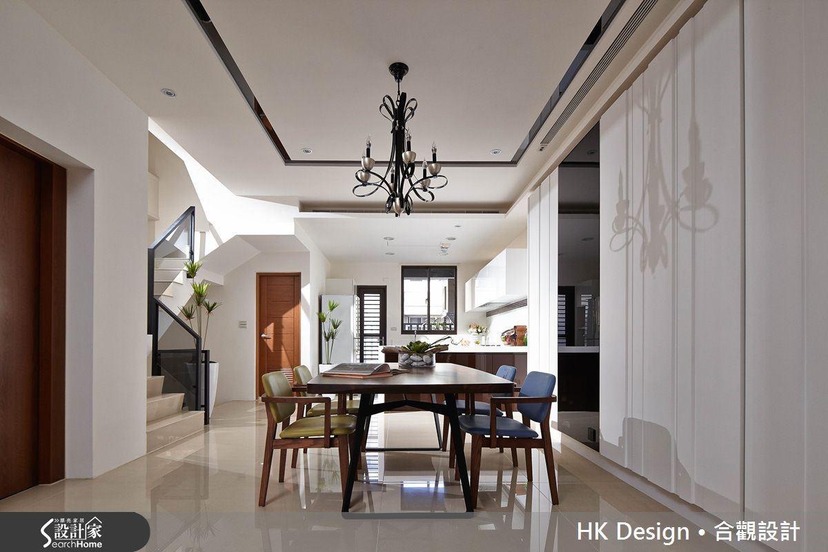 空間原本挑高三米二,為了隱藏管線,天花板包覆樑下將高度降為兩米八,但因為開放設計之故,無損整體空間感。