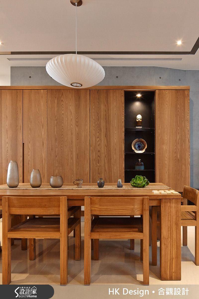 櫃面使用鋼刷實木皮並加入黑線條增加立體感,木皮表面採用無漆膜,保留材質凹凸質地更加接近真實木頭的感覺。