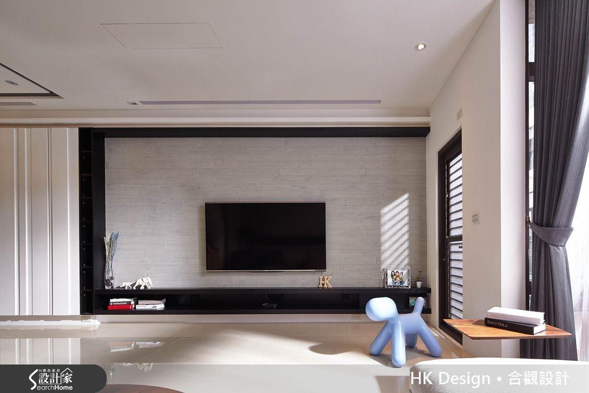 客廳電視牆使用風格強烈的木紋清水模,塑造出現代藝廊的風格感。
