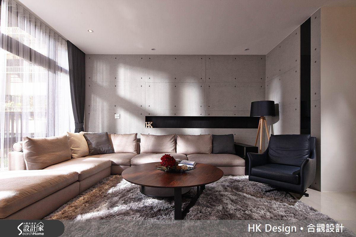 背牆做細長條的收納櫃,內部些微下凹,可將遙控器、電話等零碎雜物隱藏起來,具有使用便利性,同時也維持視覺美觀。