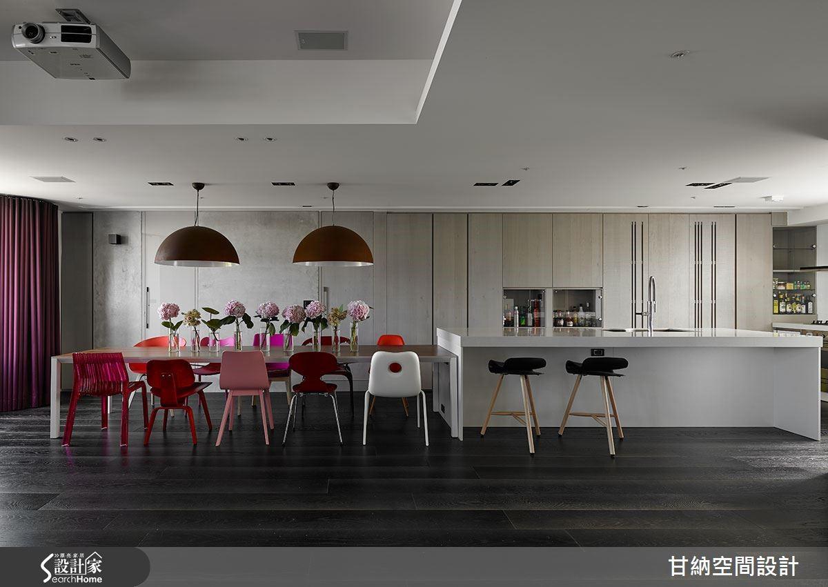 7 公尺長的餐桌與吧台,宛如置身歐洲現代旅店,開闊時尚的餐廚空間,更是家族聚會的最喜愛。下層為公共場域,以黑色木地板展開整體色調的訂定,開放式廚房結合餐桌與沙發成一字型狀,讓空間平行延伸。