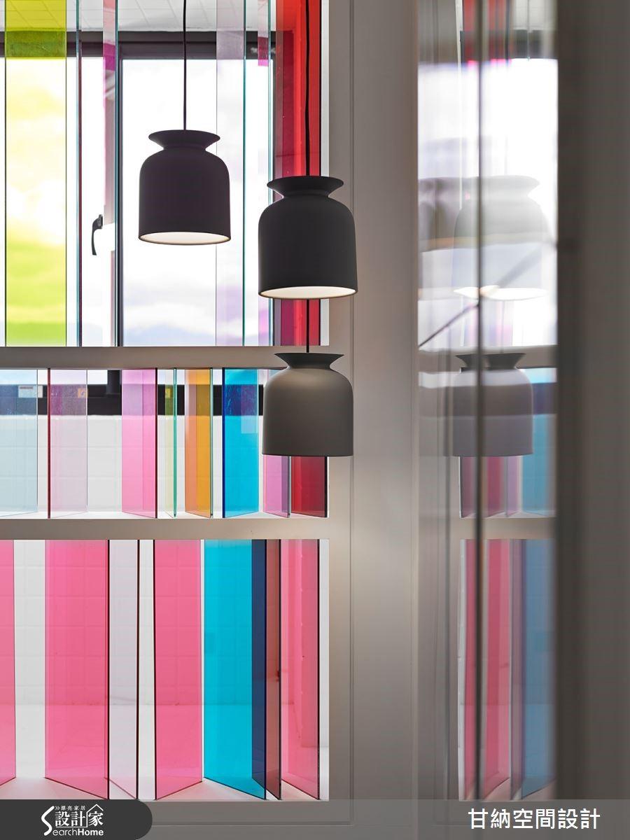 從層層的彩色玻璃折射入梯間,逐浪漫波動暈染的彩色光影而上,不鏽鋼幾何藝術呼應現代極簡花窗設計,藏匿壁式消防栓,成為 2 樓白色私領域空間的序幕。