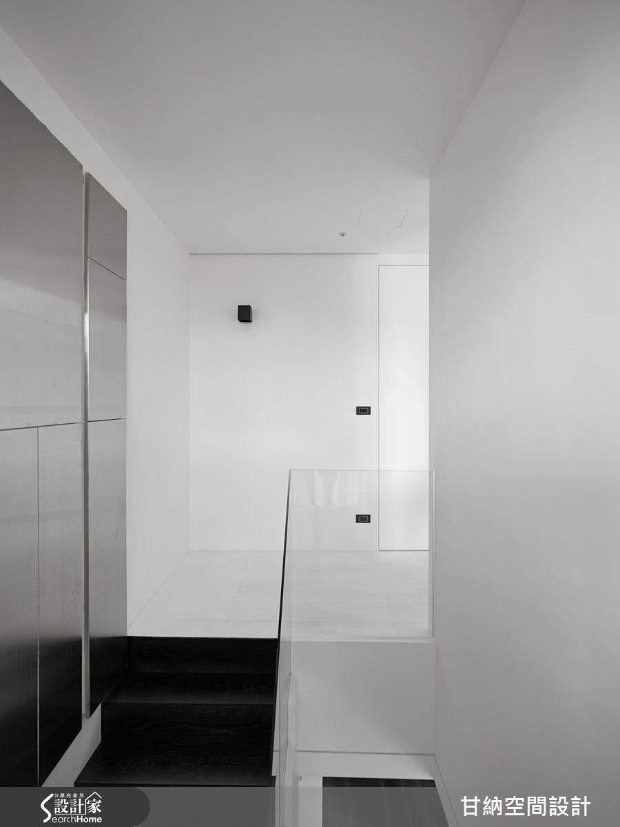 上層私人場域以白色木地板延展整體氛圍。