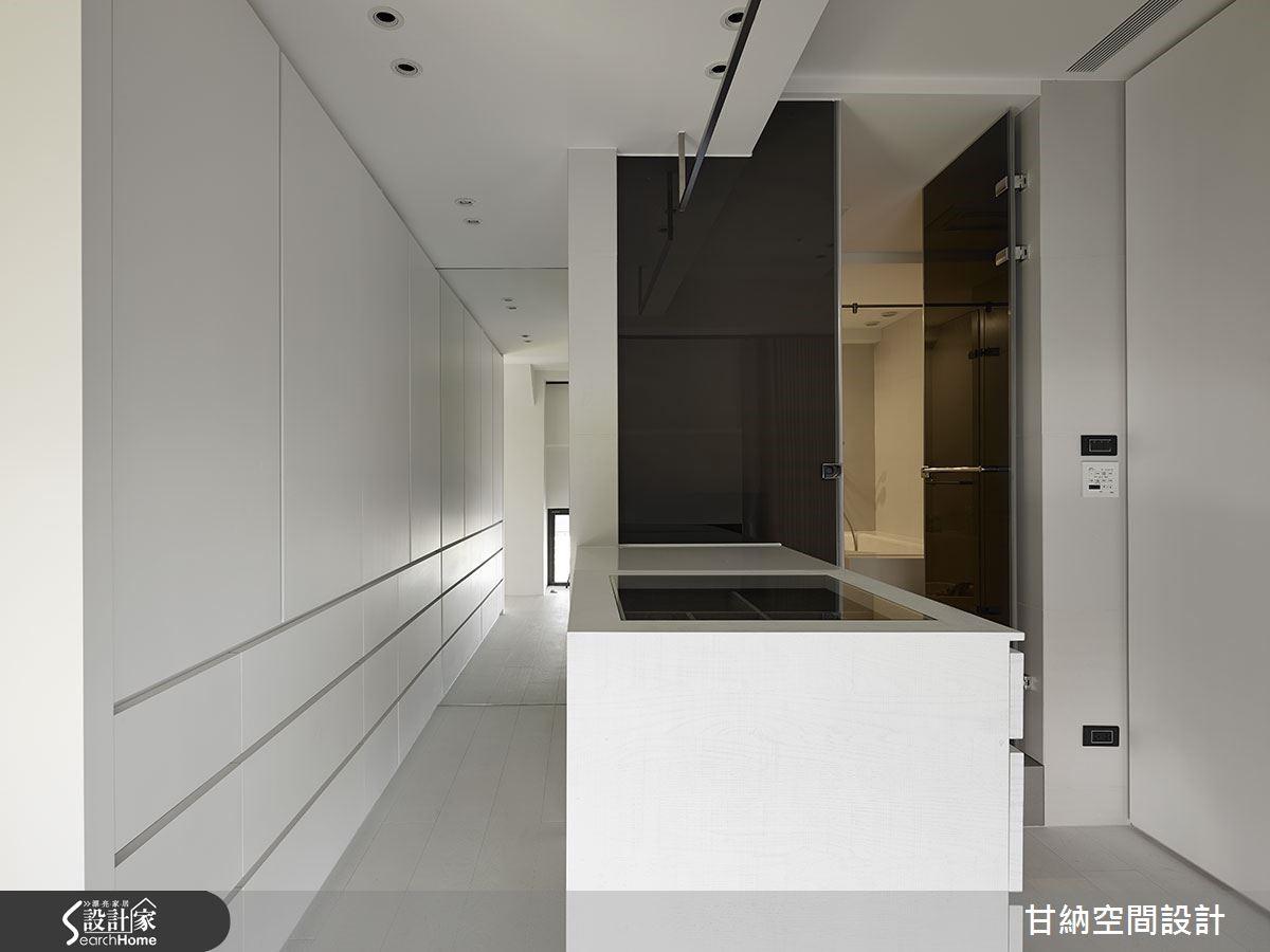 主人更衣室以純白與衛浴的黑色烤玻,載入穿衣鏡為端景延伸空間深度,營造現代時尚感。