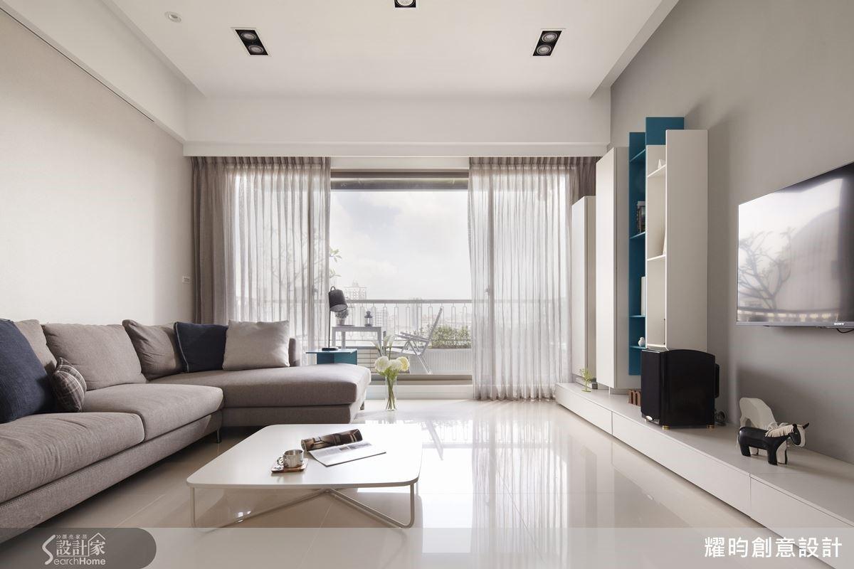 陽光與空氣,是好宅的必備條件,設計師以大片落地窗迎進良好採光與流動的風,灰色調的兩面主牆,刻意減少的量體實櫃,都讓以白色為主調的客廳在沉穩的氛圍中顯得清新寬敞。