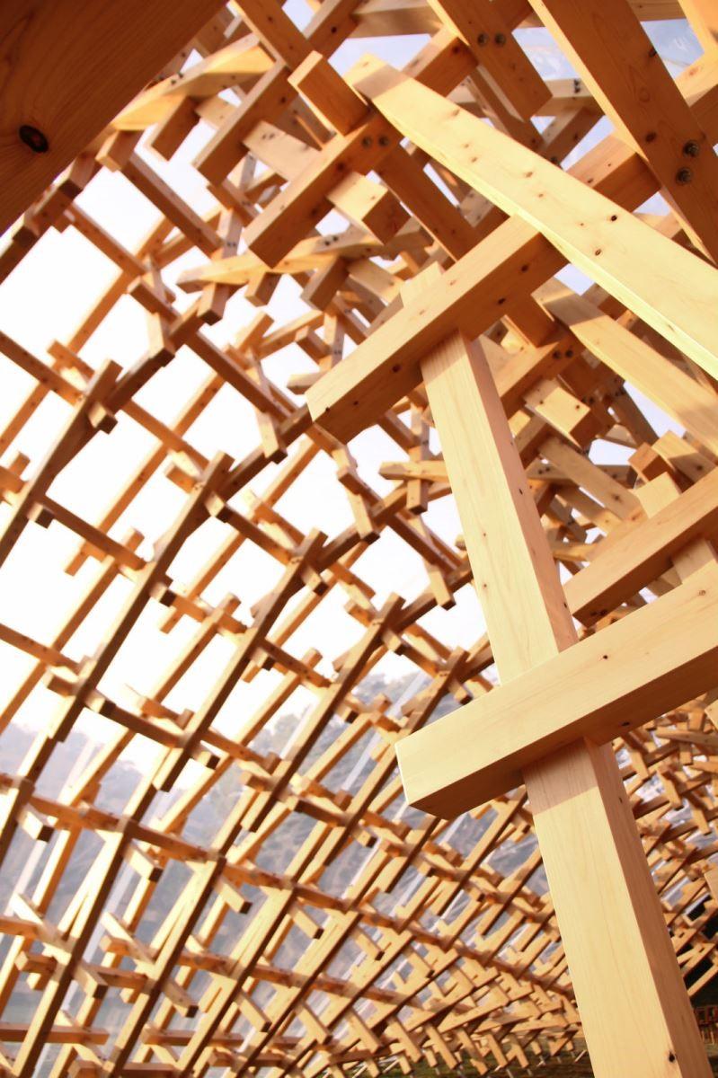 「風檐」沿用了使日本東京表參道「微熱山丘」店面,以及福岡太宰府星巴克店面都造成高度討論的地獄組裝建築手法。圖片提供_The one