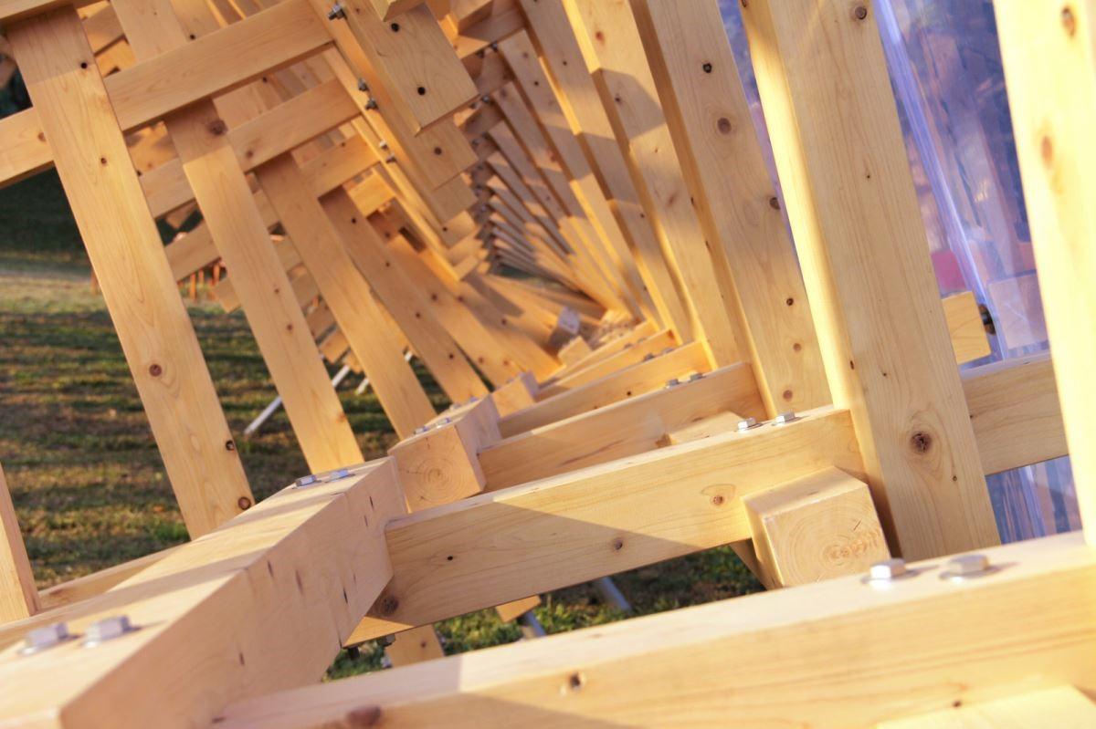 隈研吾以自然景觀的融合為特色,運用木材、泥磚、竹子、石板、紙等天然建材,結合自然,創造外表看似柔弱,卻更耐震,並讓人感覺到傳統建築的溫馨與美的「弱建築」。圖片提供_The one
