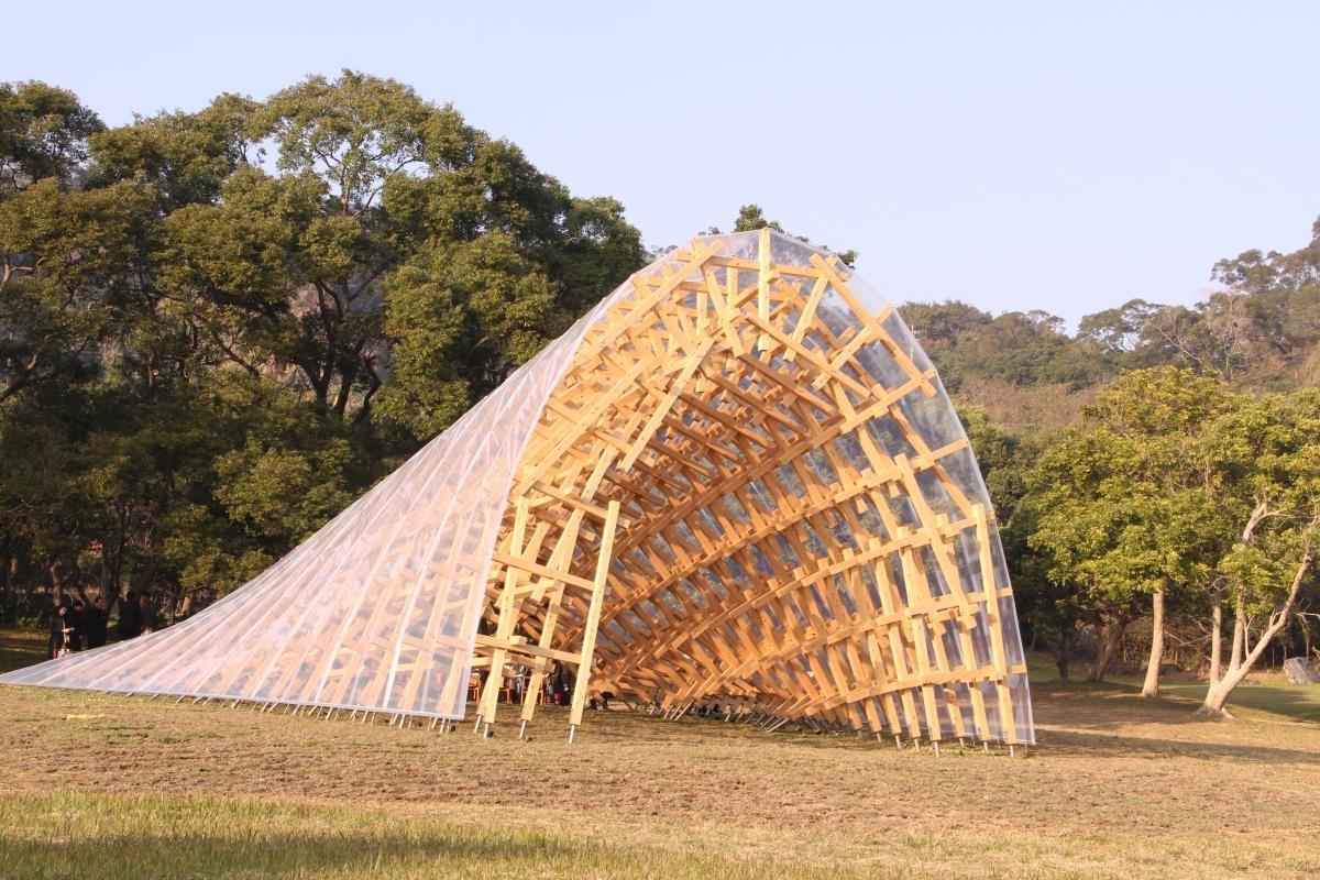 隈研吾在新竹南園設置的大地藝術,以九降風的意象設計外觀,並利用自然媒材,強調負建築的概念意象。  圖片提供_The one