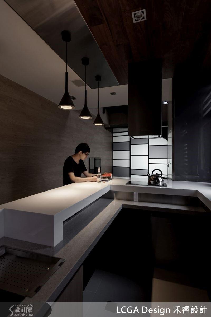一進門即能看見的中島吧臺,簡單的設計,溫馨的燈光設計,在家也能享受彷彿置身咖啡廳的氛圍。