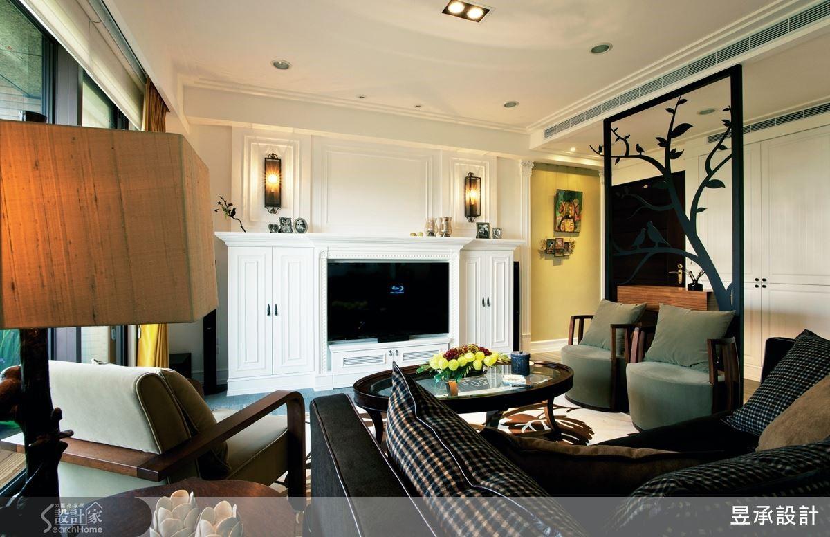 住家運用美式鄉村風貫穿全室,客廳的主景牆面為壁爐造型的電視櫃。