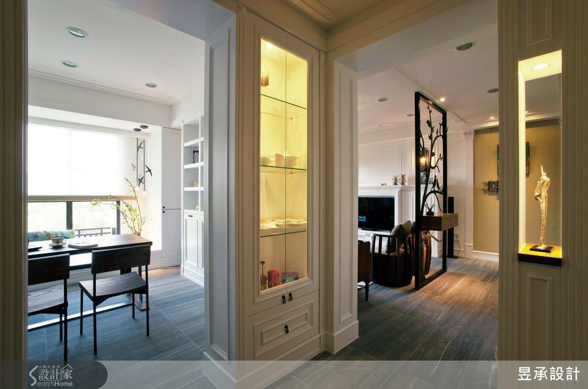 美式鄉村風貫穿全室,玄關鞋櫃、客廳壁爐電視櫃,直至臥室的壁櫃衣櫥,白色打底的古典線條。