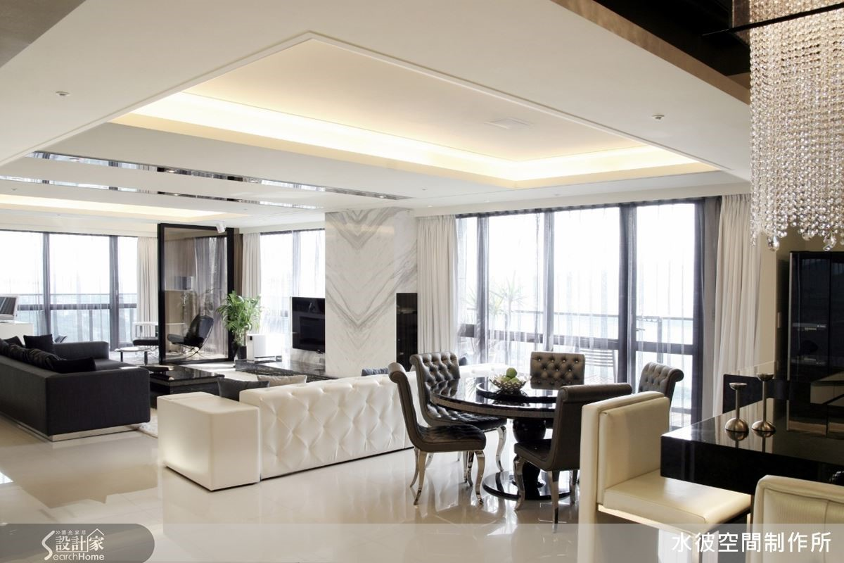 由客廳、餐廳、書房、廚房轉至吧檯一側,架構出塊狀整合場域分配,保有各自獨立的機能範圍,串聯起家人彼此的情感交流。