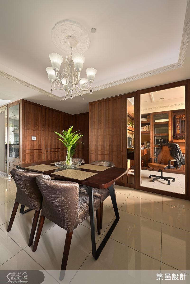 本案原有格局不符合屋主的需求,設計師將原本的隔間牆拆除重新隔間,書房和餐廳之間採半開放式的設定,讓視覺通透之餘也能區隔出不同的空間屬性。