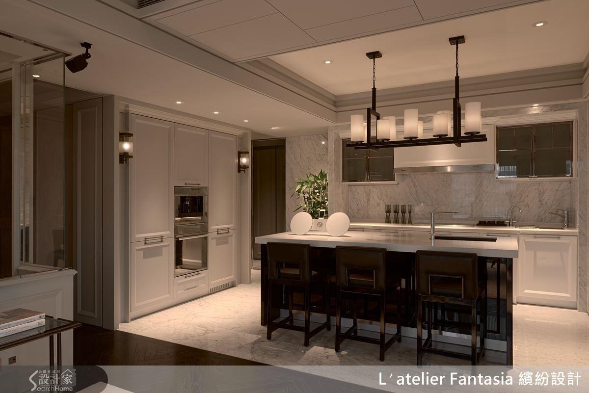 以地坪材質界定空間,搭配開放式、環繞動線設計來放大空間效果,並整合屋主使用習慣,讓吧檯結合餐桌功能,拉齊軸線高度,避免多層次分割,影響視覺美感。