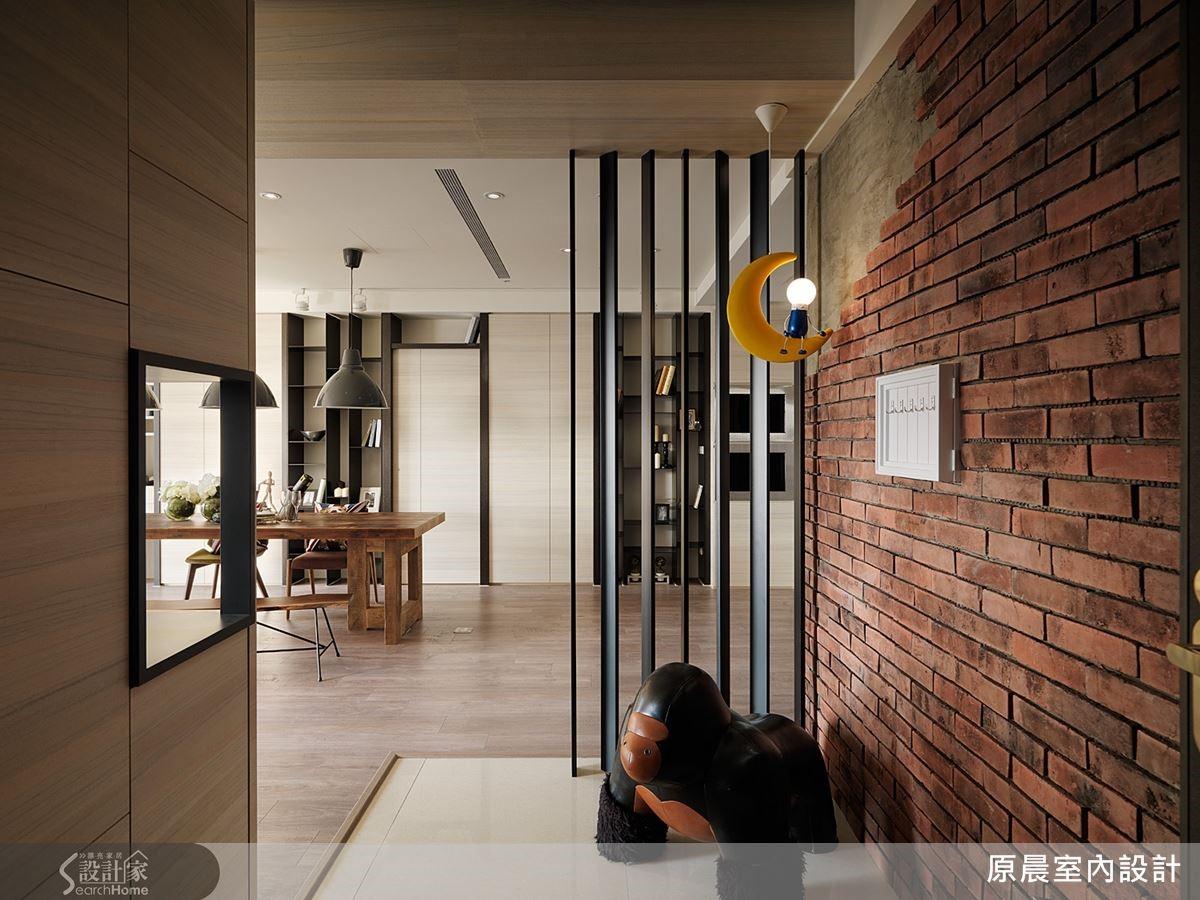 玄關櫃利用穿洞方式,讓客廳的光線可以灑落延伸到玄關。