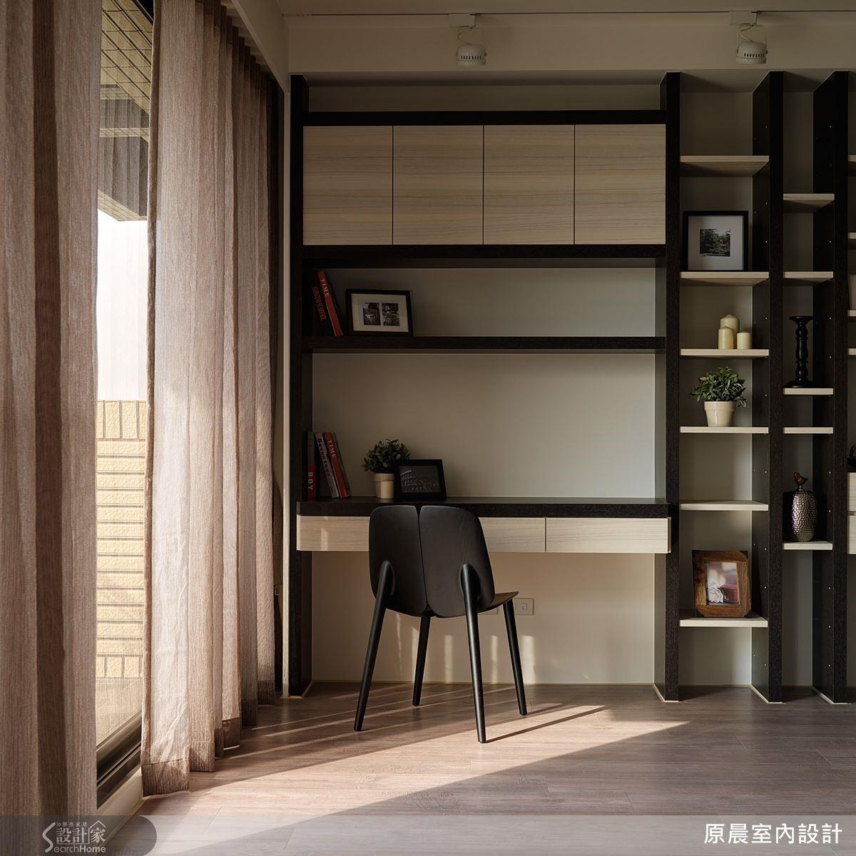 連續櫃在採光充足的角落結合了書桌與書櫃,個人也有獨立完整的工作區。