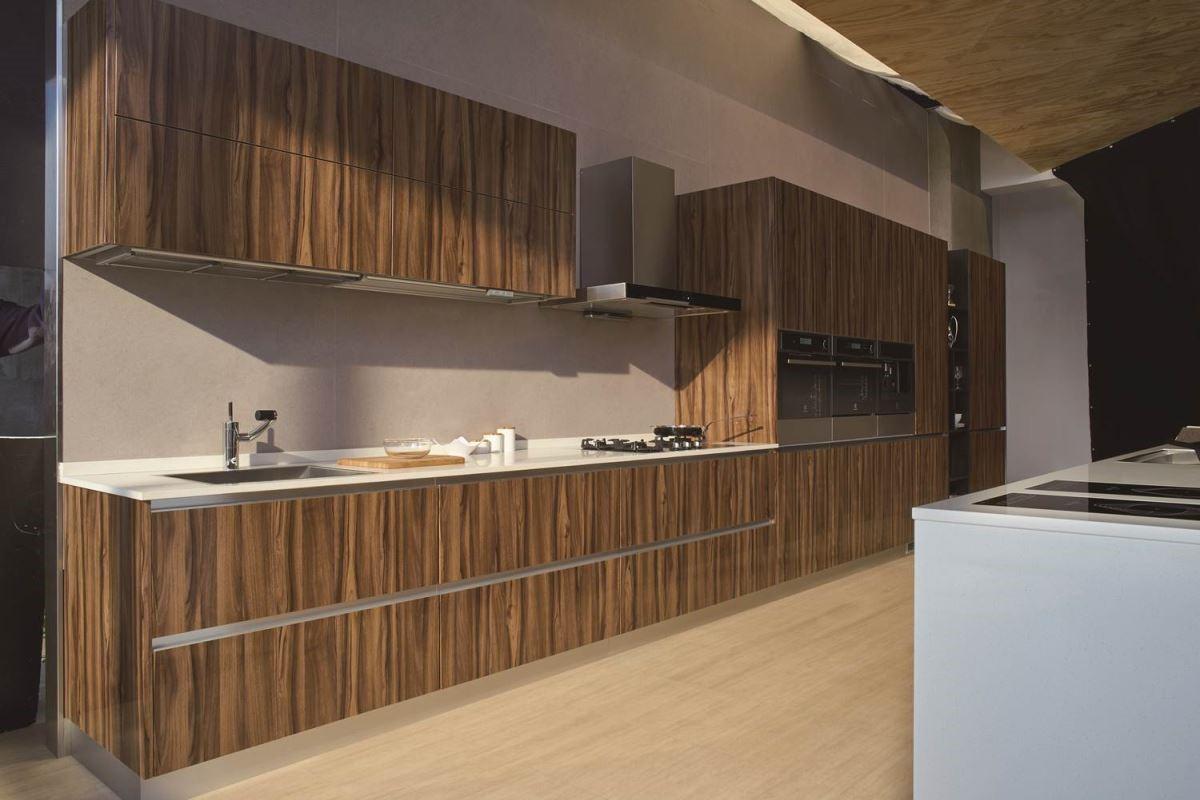 將材質跨界結合,交織出現代典雅的風格。將木感材質適度融合於開放櫃、檯面,層層釋放出溫煦的自然美感,注入自然溫潤的空間表情。
