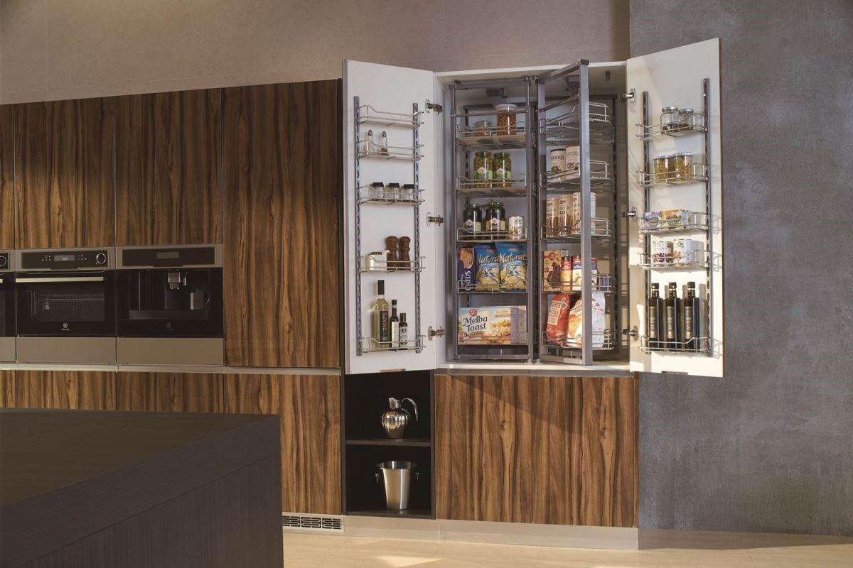 配置進口旋轉層架的落地大型收納櫃,可有效利用每一寸空問.依照個人使用習慣及頻率做好分層儲放,打開櫃門物品一目了然,不只取用方便,更不浪費珍貴的儲藏空間。