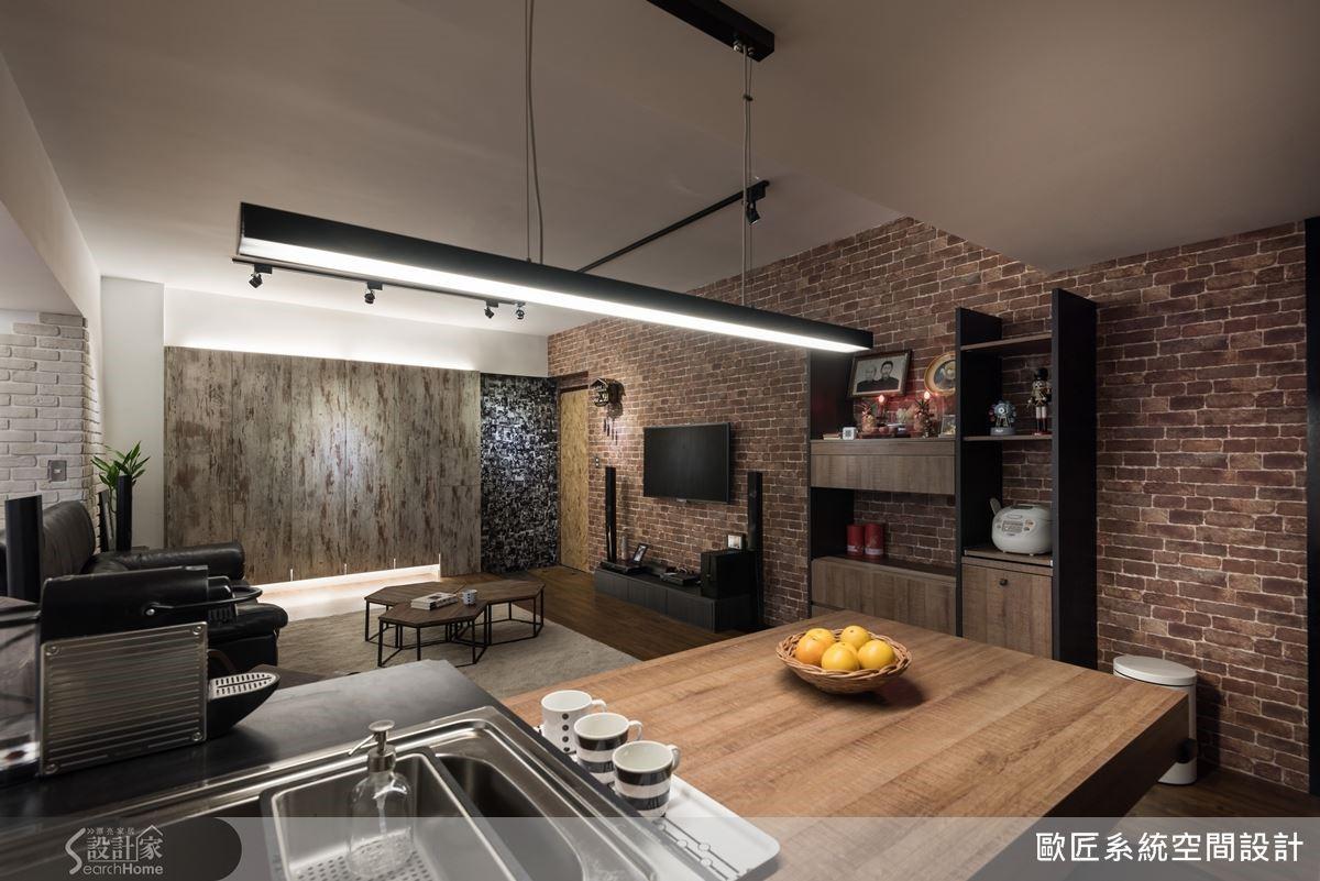 廚房與客廳之間原有實牆阻隔,設計師將此道牆面取消,改以吧檯作為界定,讓視野變得開闊又舒適。