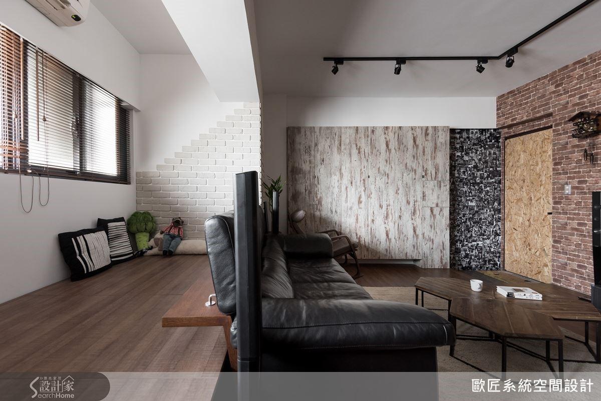 將沙發後方的區域稍微加高,打造成孩子的遊戲區,搭配白色文化石拼貼牆面更顯現出手作的暖心質感。