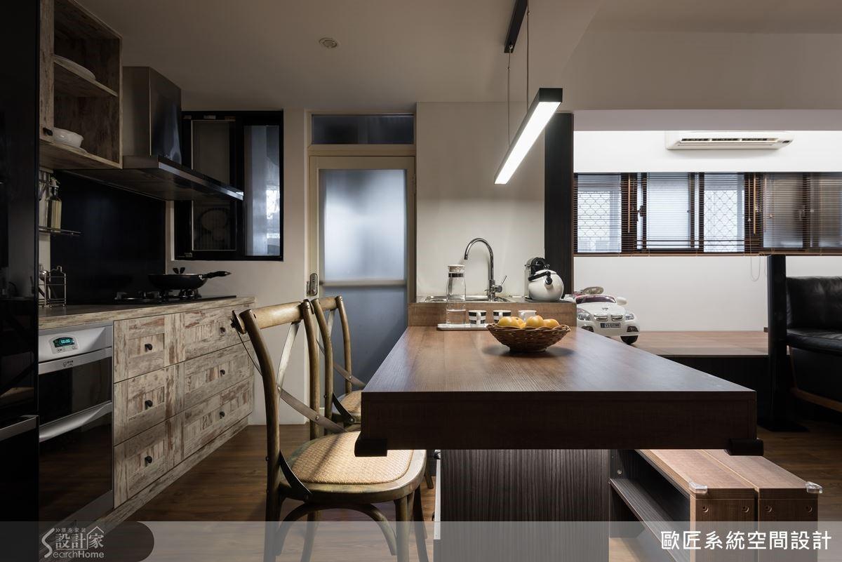 用來區隔客廳與廚房的吧檯可兼作餐桌使用,同時搭配流理台水槽與收納設計,提升了空間的使用效益。