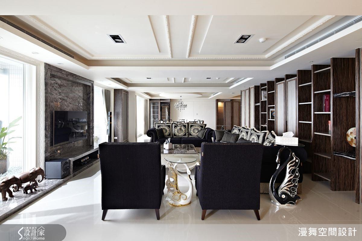 大坪數的開放式空間,將私人空間放置兩側,將客廳置中規劃,保有私人領域的私密性,同時讓家人和朋友都能共享寬敞明朗的公共空間。