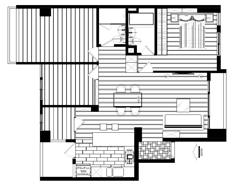 將餐廳旁邊的房間牆面後移,改造為儲藏室並讓公共區域更寬敞,而廚房也改為開放式設計,更符合屋主的使用需求。