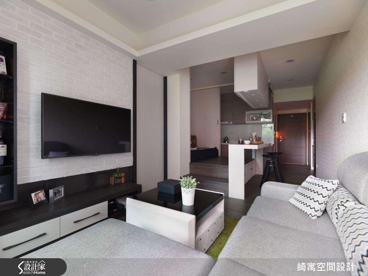 將空間中段設計為多功能和室區域,可供屋主自在休憩或者是作為用餐區域,使用彈性相當多元靈活。
